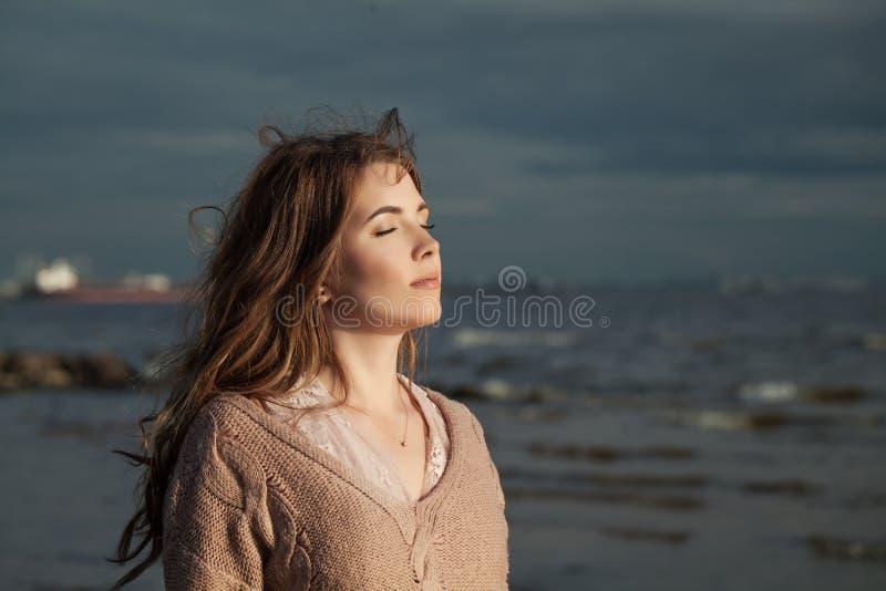 Mujer joven linda al aire libre Modelo bonito fotos de archivo