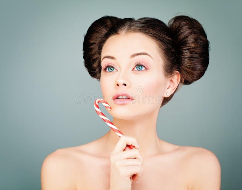 Mujer joven linda con el caramelo Belleza joven imagen de archivo libre de regalías