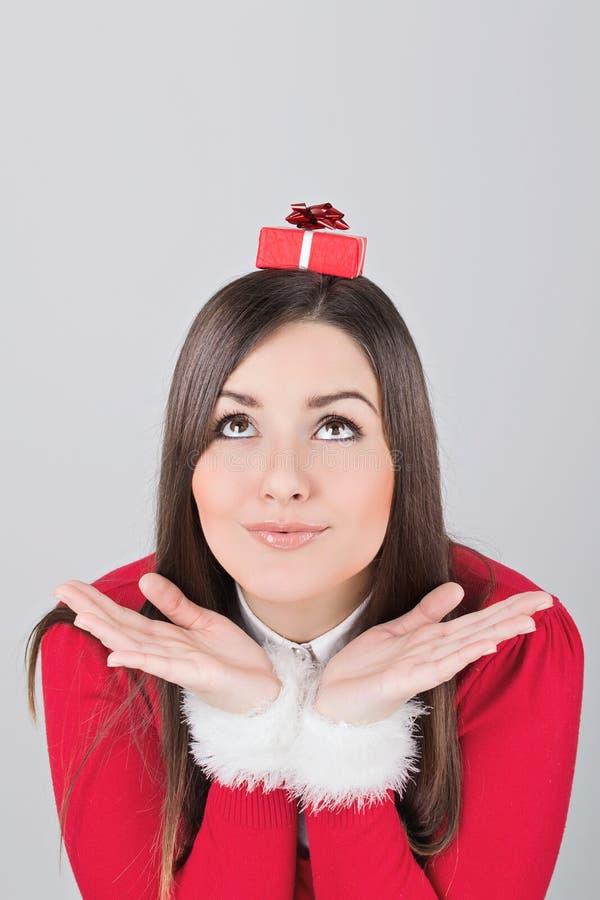 Mujer joven linda con la pequeña caja de regalo imagen de archivo