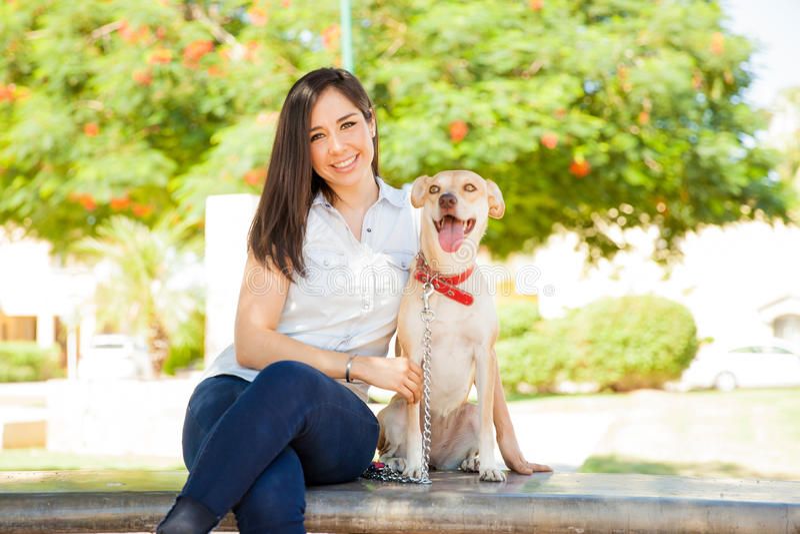 Mujer joven linda con un perro al aire libre fotos de archivo libres de regalías