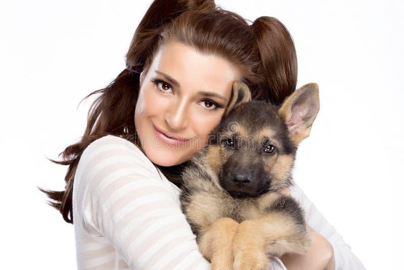 Mujer joven linda con un perro de perrito foto de archivo