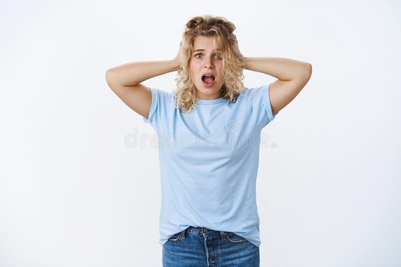 Mujer joven linda en cuestión y preocupante que está en problemas, grito que se atierra de la desesperación como llevar a cabo la foto de archivo libre de regalías