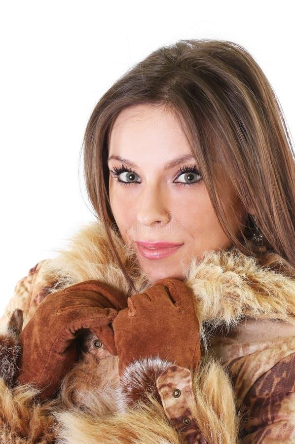 Mujer joven linda en retrato del abrigo de pieles fotos de archivo