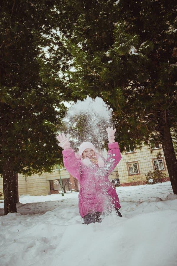 Mujer joven linda que juega con nieve foto de archivo libre de regalías