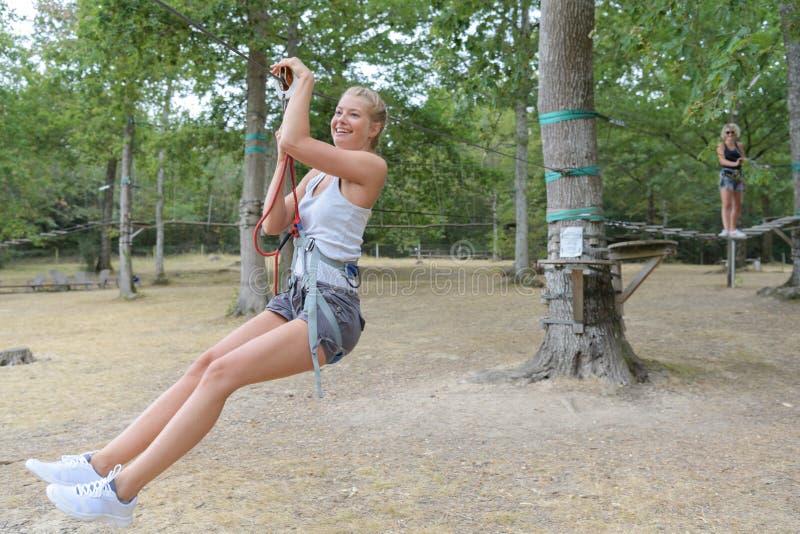 Mujer joven lista para descender en zipline fotografía de archivo libre de regalías