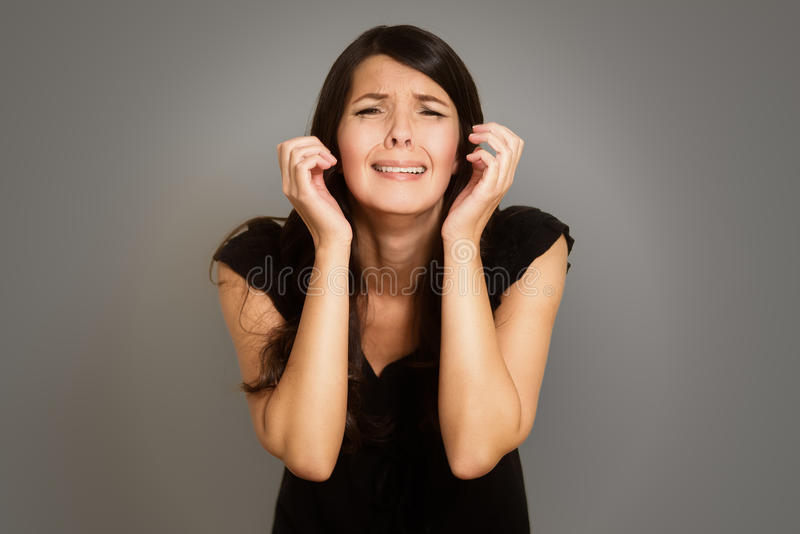 Mujer joven llorosa loca foto de archivo