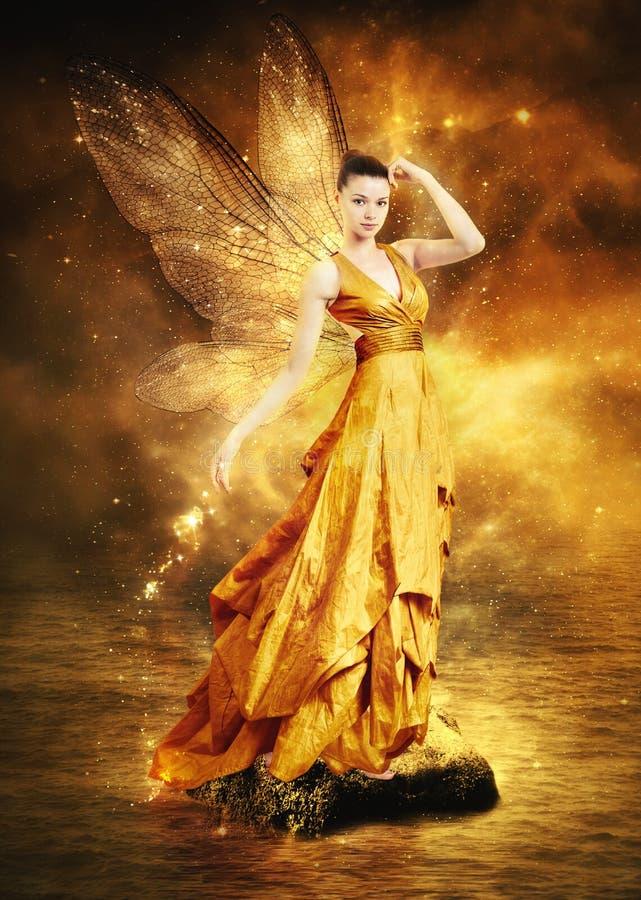Mujer joven mágica como hada de oro imagen de archivo libre de regalías