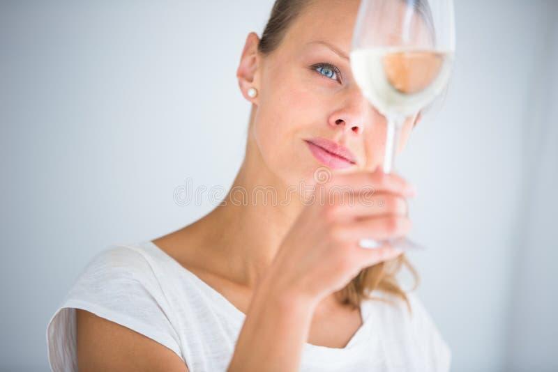 Mujer joven magnífica con un vidrio de vino imagenes de archivo