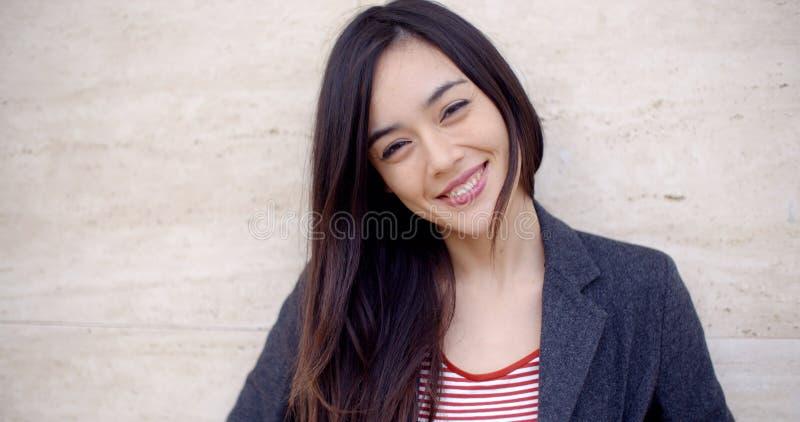 Mujer joven magnífica con una sonrisa vivaz imagen de archivo