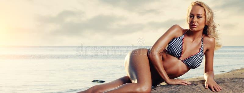 Mujer joven magnífica que se relaja en la playa fotografía de archivo libre de regalías