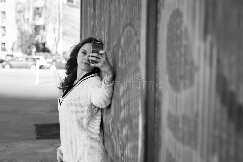 Mujer joven magnífica que toma un selfie fotos de archivo libres de regalías