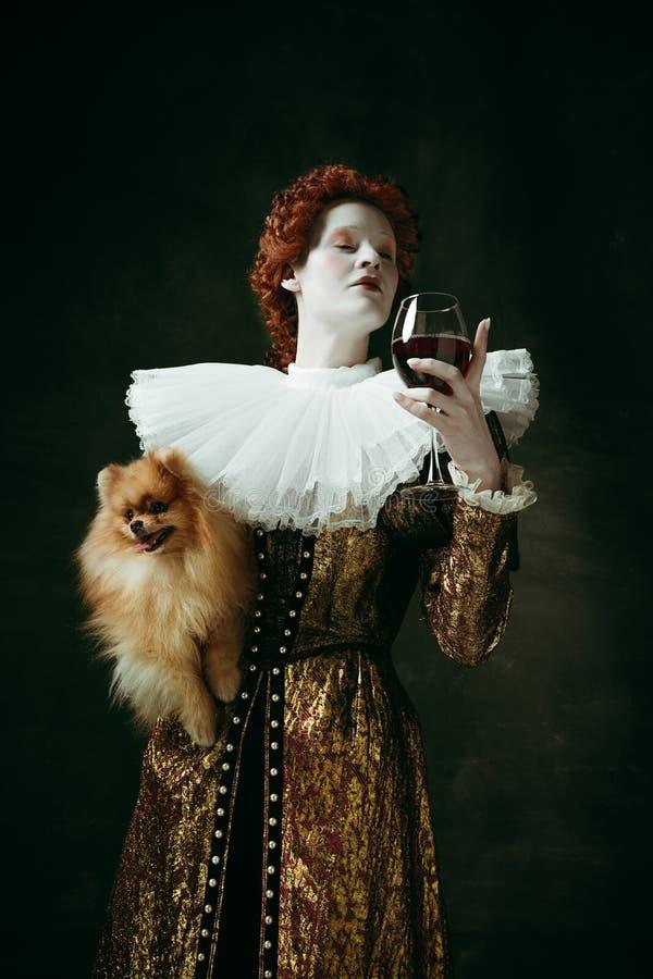 Mujer joven medieval como duquesa foto de archivo