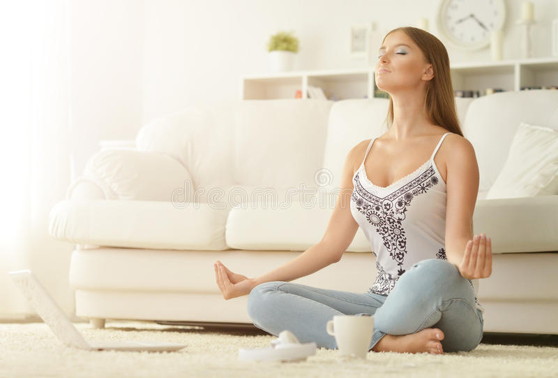 Mujer joven meditating fotografía de archivo libre de regalías