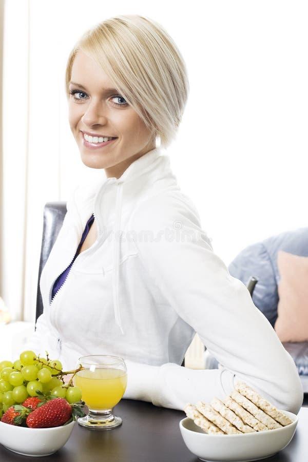 Mujer joven moderna que desayuna sano fotografía de archivo libre de regalías