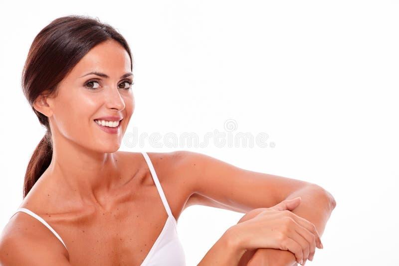 Mujer joven morena sonriente atractiva solamente fotos de archivo