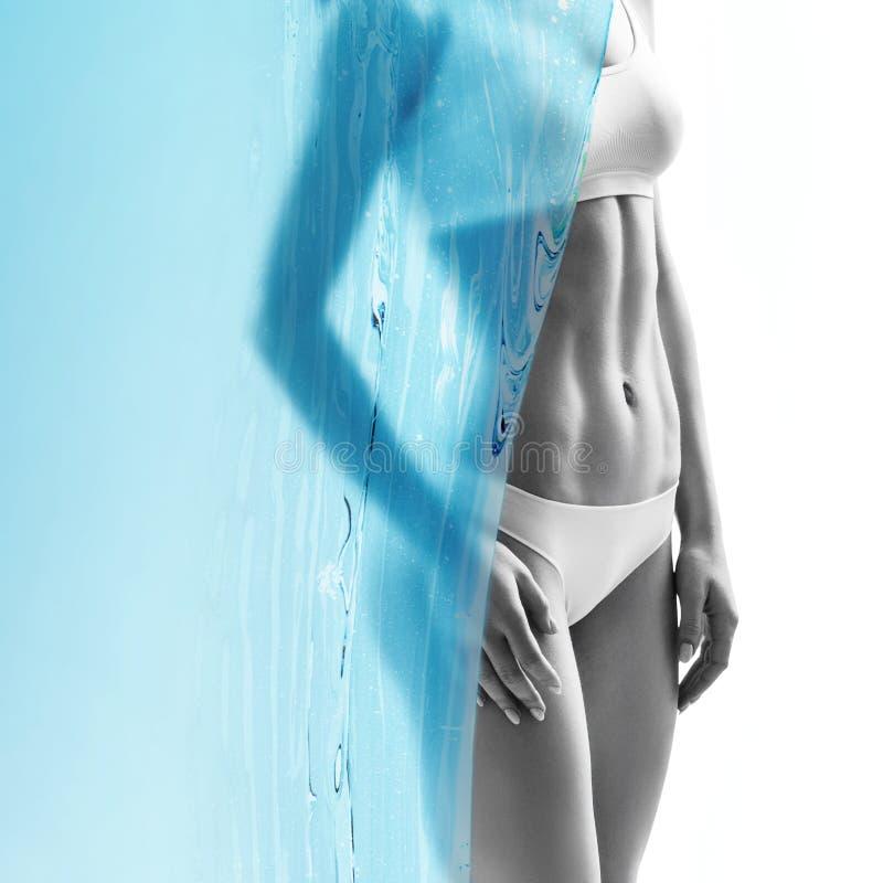 Mujer joven muscular cubierta por la lona del agua azul fotografía de archivo libre de regalías