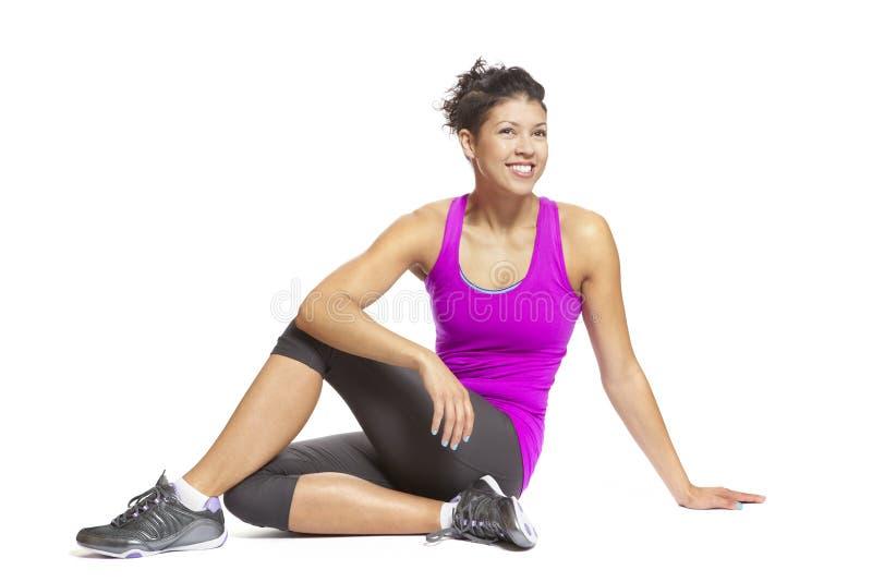 Mujer joven muscular en equipo de los deportes de la actitud de la yoga que desgasta foto de archivo