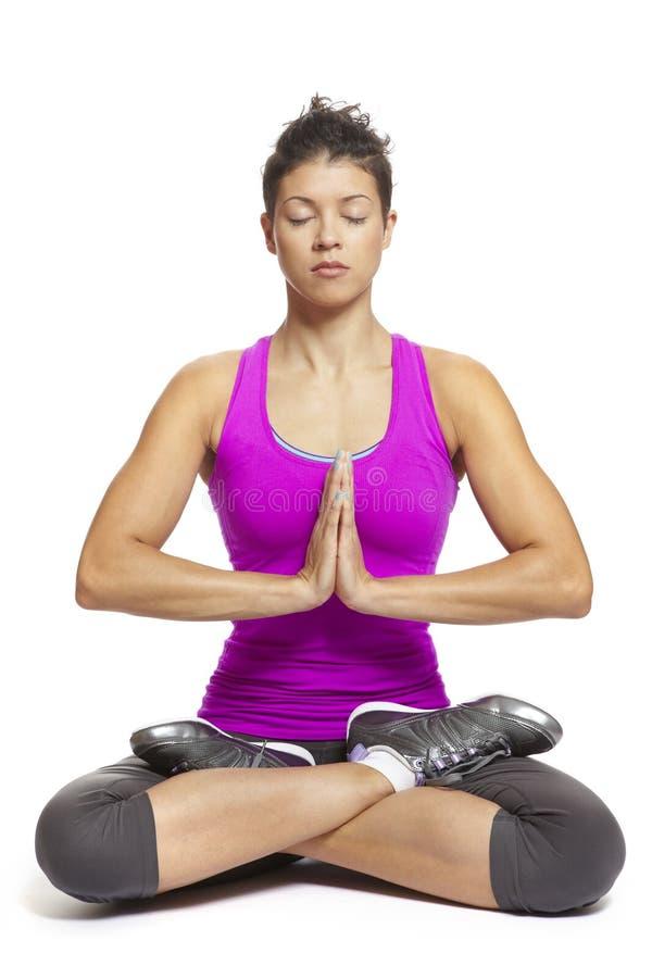Mujer joven muscular en equipo de los deportes de la actitud de la yoga que desgasta imagenes de archivo