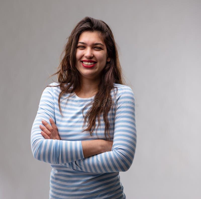 Mujer joven muy confiada feliz con los brazos doblados fotografía de archivo libre de regalías