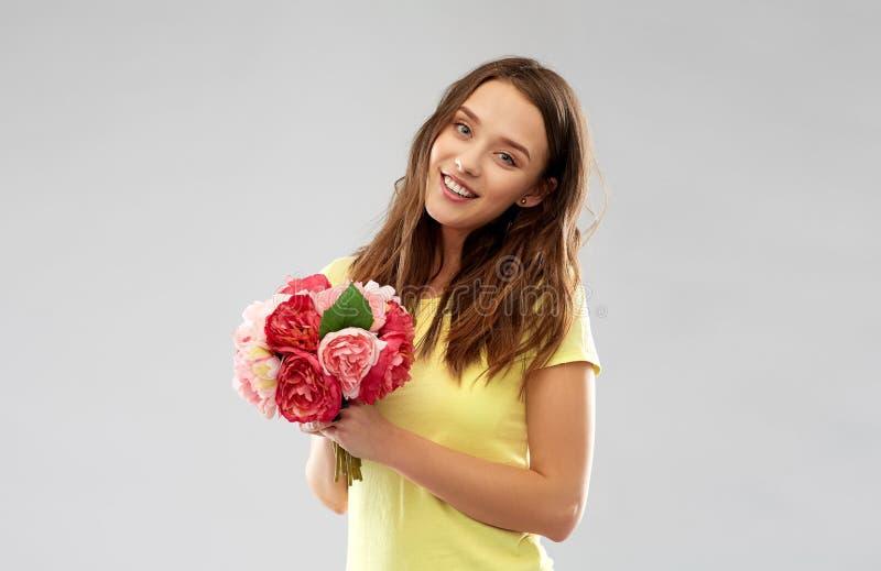 Mujer joven o adolescente con el ramo de la flor imagen de archivo
