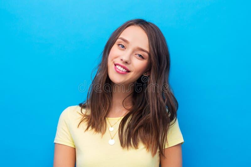 Mujer joven o adolescente en camiseta amarilla foto de archivo libre de regalías
