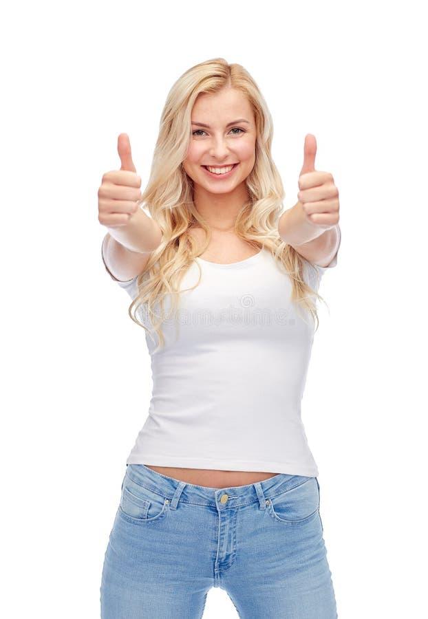 Mujer joven o adolescente feliz en la camiseta blanca imagen de archivo