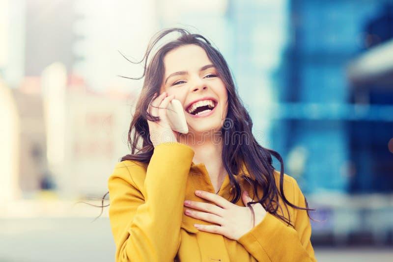Mujer joven o muchacha sonriente que invita a smartphone fotografía de archivo libre de regalías
