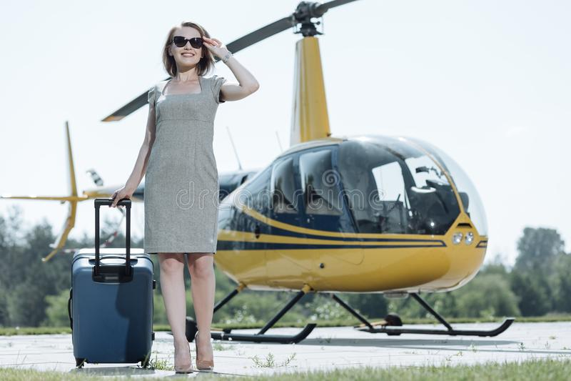 Mujer joven optimista que llega un helipuerto imágenes de archivo libres de regalías
