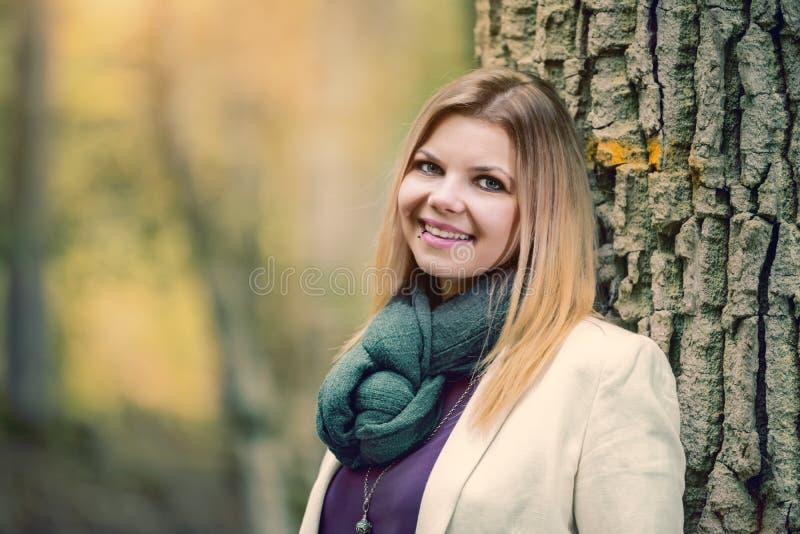 Mujer joven parada en el bosque otoñal fotos de archivo libres de regalías