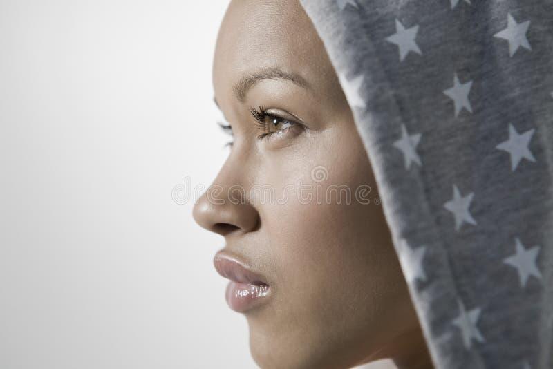 Mujer joven pensativa imagenes de archivo
