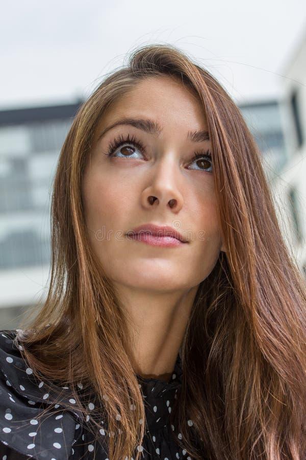 Mujer joven pensativa foto de archivo libre de regalías