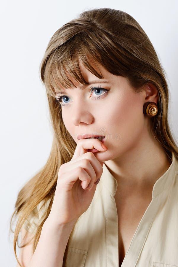 Mujer joven pensativa fotografía de archivo