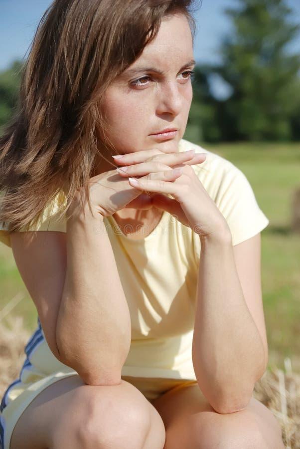 Mujer joven pensativa foto de archivo