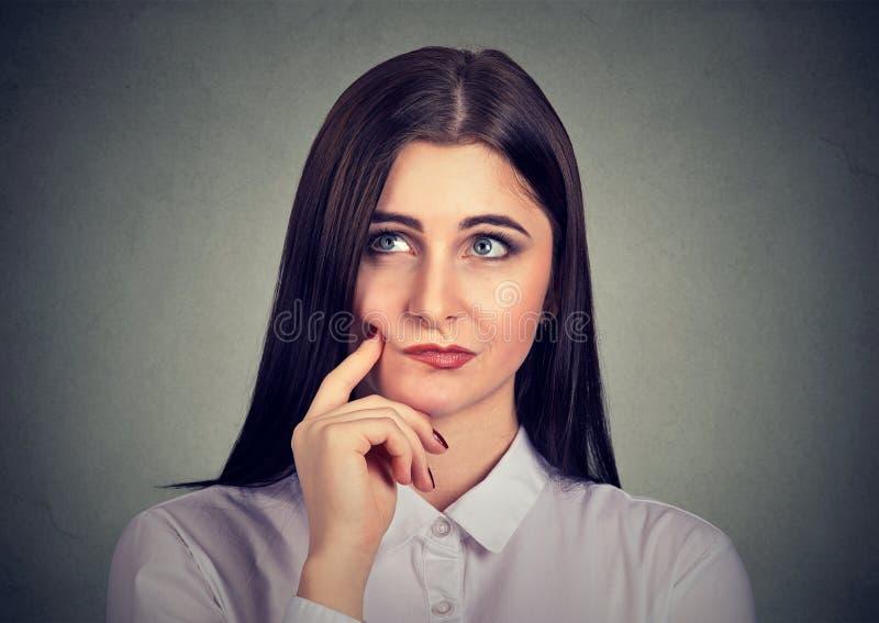 Mujer joven pensativa en dudas imágenes de archivo libres de regalías