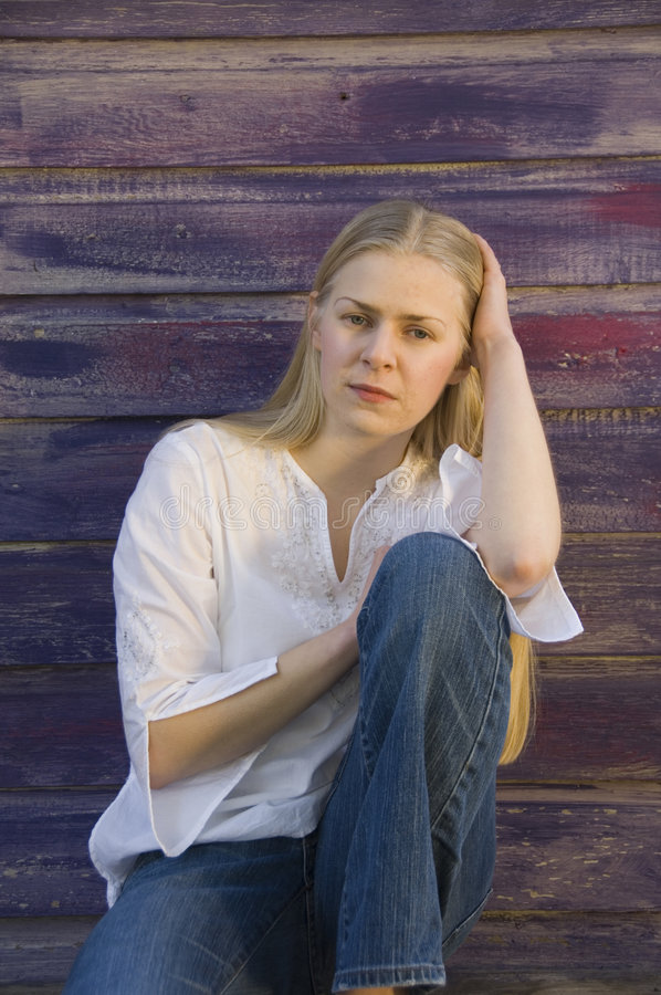 Mujer joven pensativa rubia imagenes de archivo