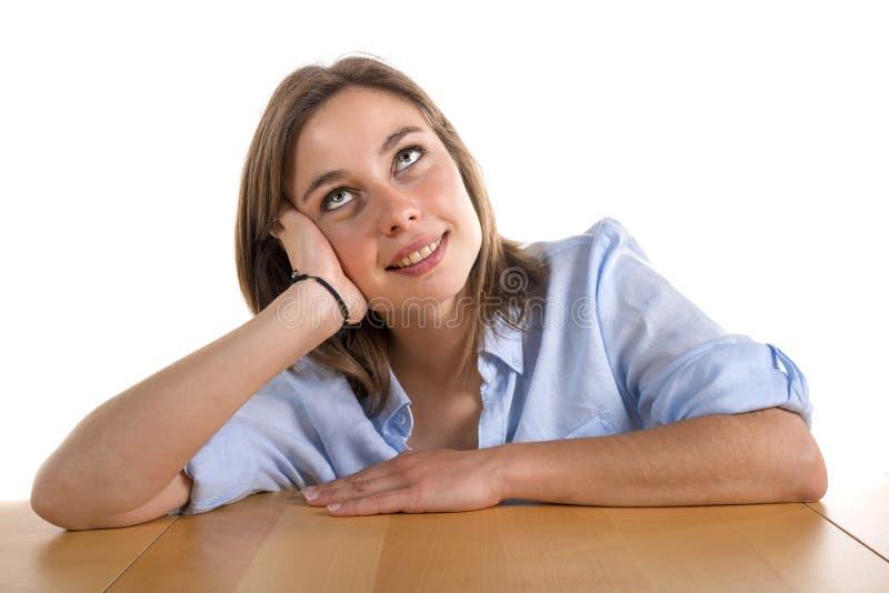 Mujer joven perdida en pensamiento foto de archivo libre de regalías