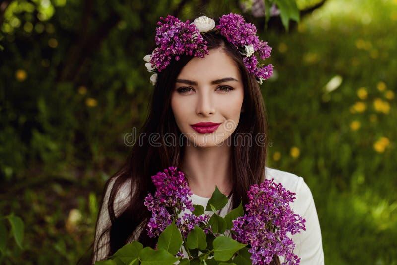 Mujer joven perfecta con las flores fotos de archivo