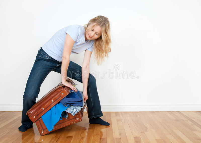 Mujer joven pila de discos una maleta imagenes de archivo