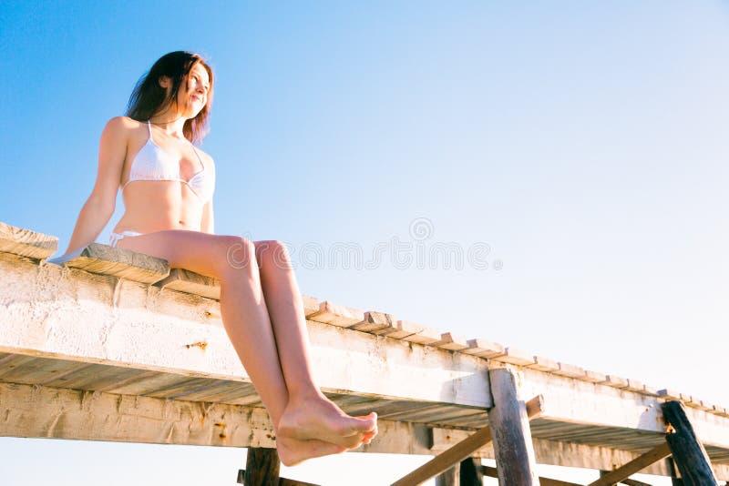 Mujer joven por el mar fotos de archivo libres de regalías