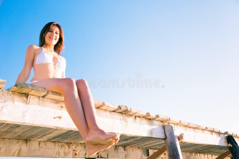 Mujer joven por el mar foto de archivo