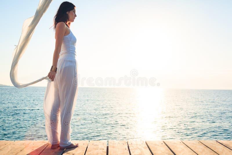 Mujer joven por el mar imagen de archivo