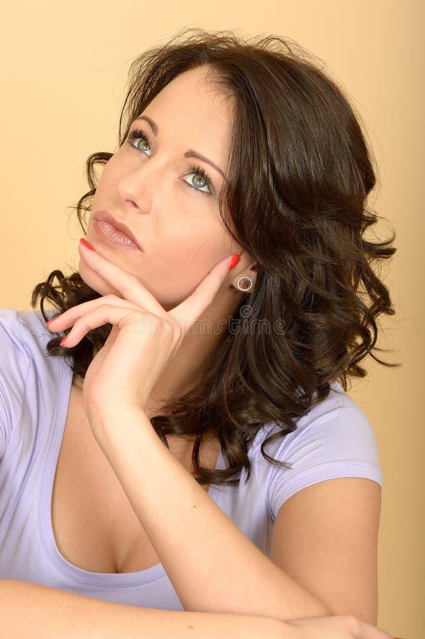 Mujer joven preocupante pensativa curiosa que considera una situación foto de archivo libre de regalías