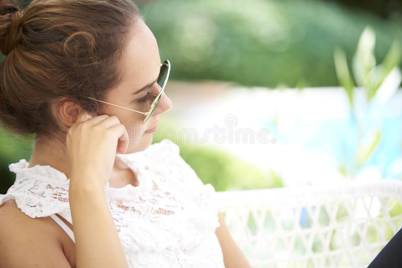 Mujer joven profundamente en pensamiento foto de archivo