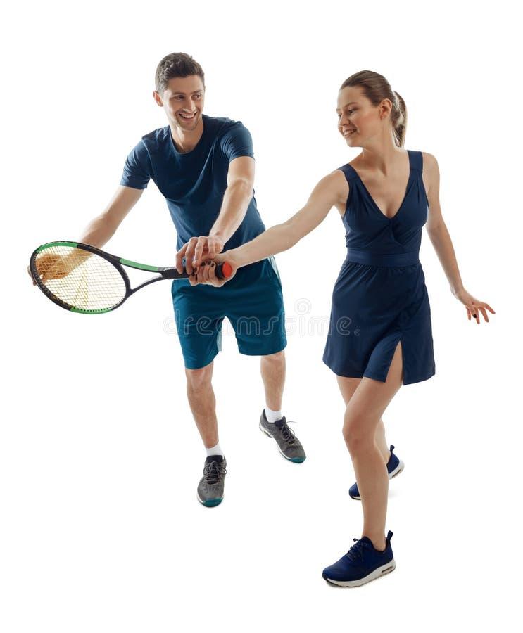 Mujer joven que aprende fundamentales del tenis imagenes de archivo