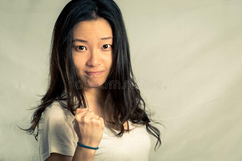 Mujer joven que aprieta su puño foto de archivo