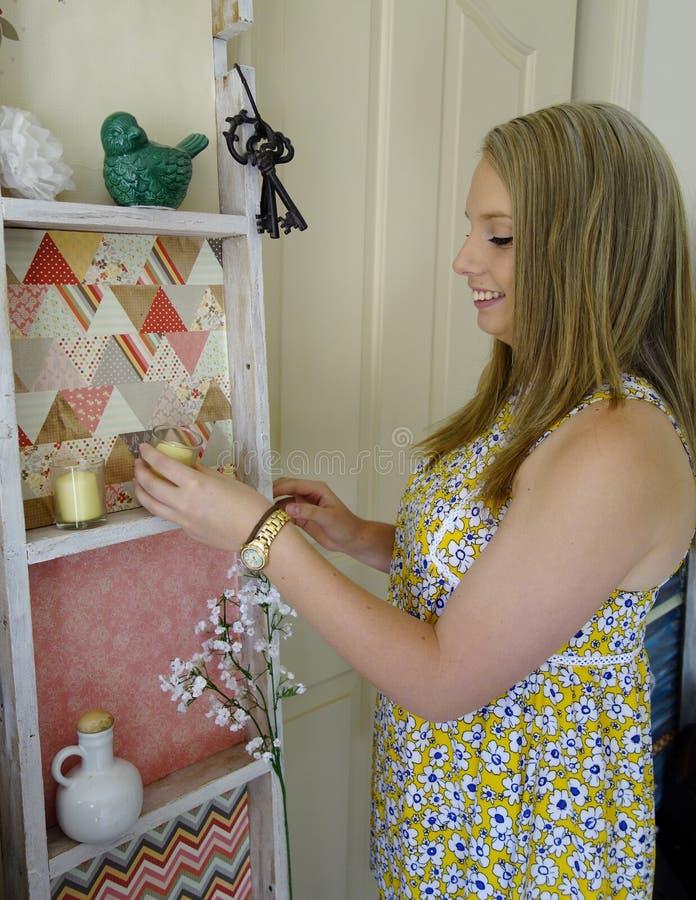 Mujer joven que arregla los ornamentos. fotos de archivo