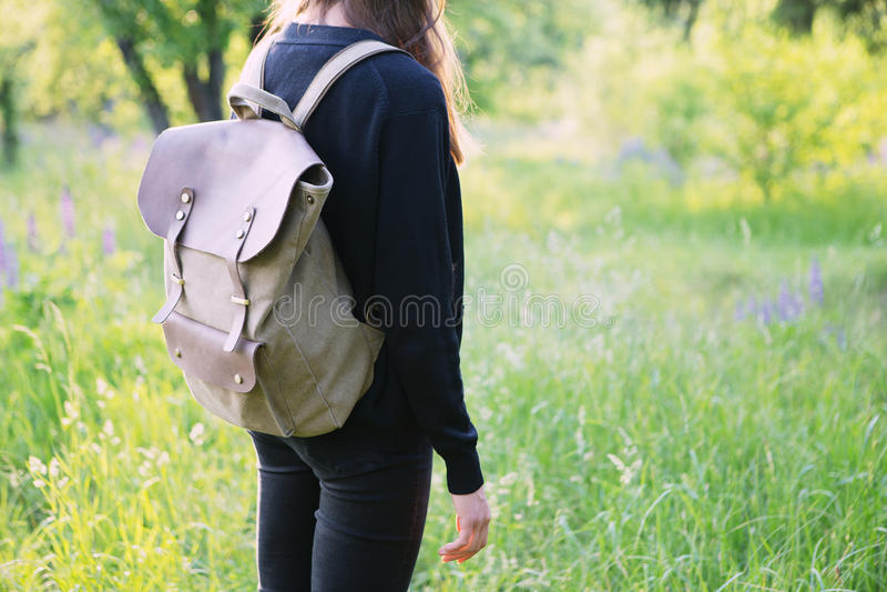 Mujer joven que camina con la mochila fotografía de archivo libre de regalías