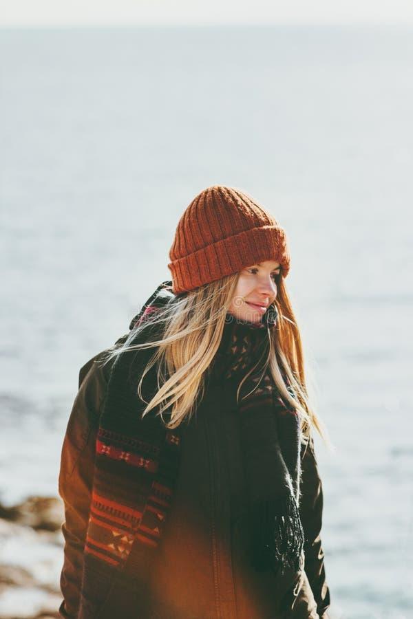 Mujer joven que camina en el concepto de la forma de vida de la moda del viaje de la playa del invierno al aire libre fotografía de archivo libre de regalías