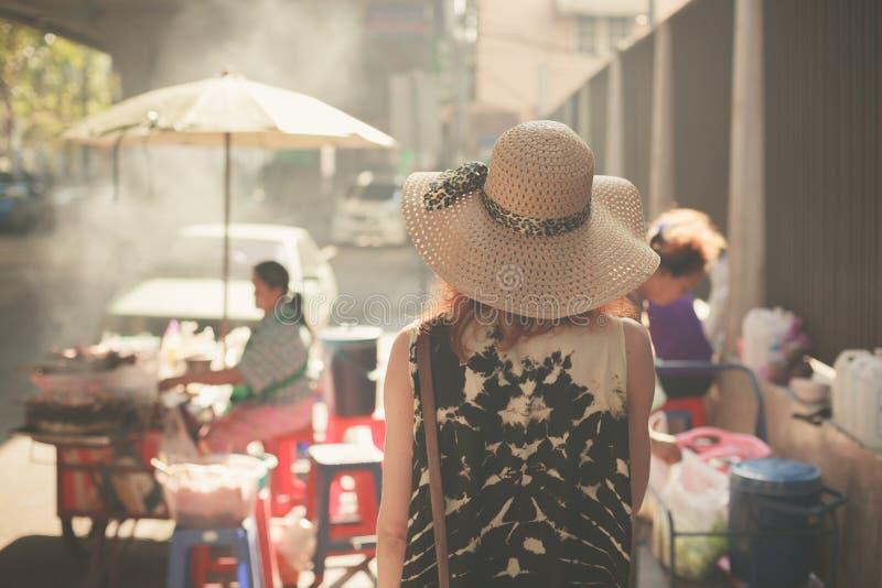 Mujer joven que camina en la calle del país asiático imagen de archivo