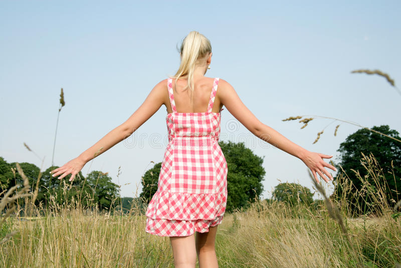 Mujer joven que camina en naturaleza foto de archivo
